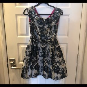 Dresses & Skirts - Aliza J grey floral dress